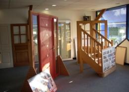Showroom Lesquel exemple de réalisation de porte alu et escalier bois