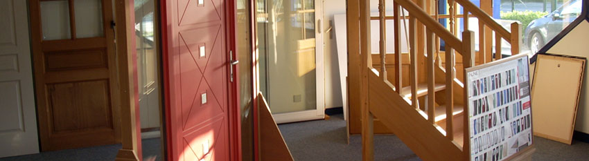 Showroom Réalisation d'une porte d'entrée aluminium et escalier en bois
